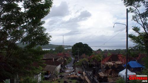 Sementara Desa Lembongan adalah tempat tinggal penduduk asli dari Nusa Lembongan. Seperti Bali, disini mayoritas memeluk Hindu juga.
