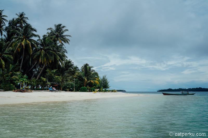 Ombaknya tenang, bisa berenang santai di pulau ini. Jadi, pulau ini menunggu untuk kalian kunjungi :)