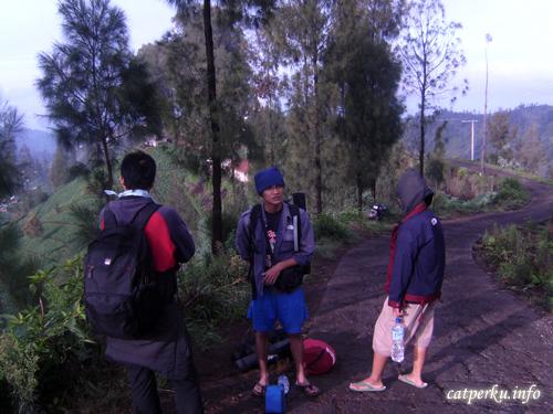 Trekking di jalur menuju Ranu Pane, dan gunung Bromo. masih di desa Ngadas