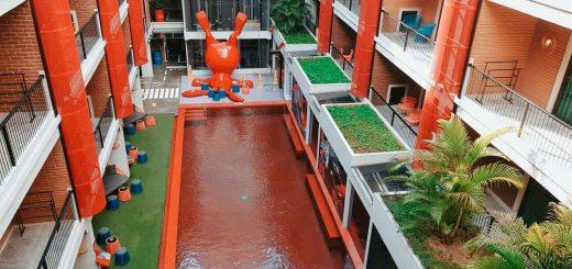 Pada bagian tengah hotel terdapat kolam renang seperti ini