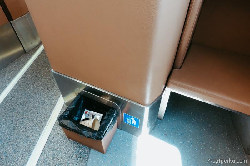 Pada tiap kursi terdapat tempat sampah seperti ini.