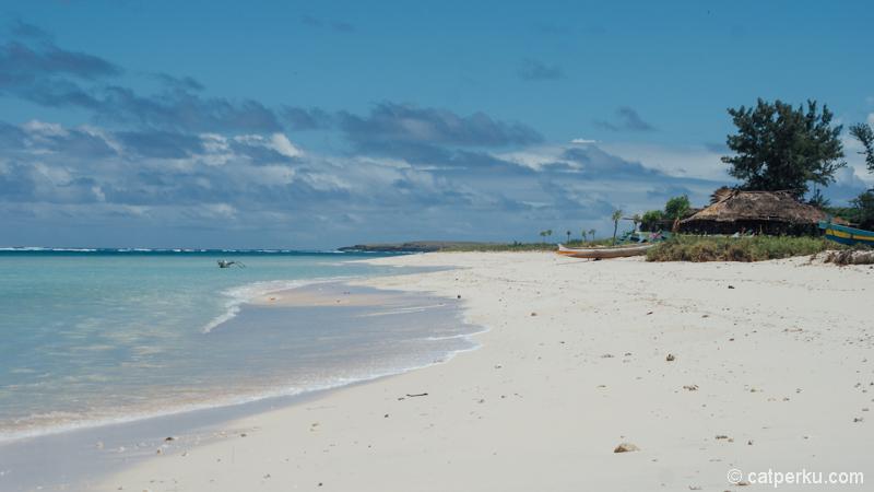 Pantai Cemara, salah satu pantai di Lombok favorit saya dengan langit birunya yang cetar membahana!