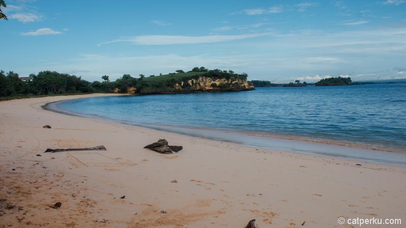 Pantai Pink di Lombok ini juga dikenal dengan nama Pantai Tangsi