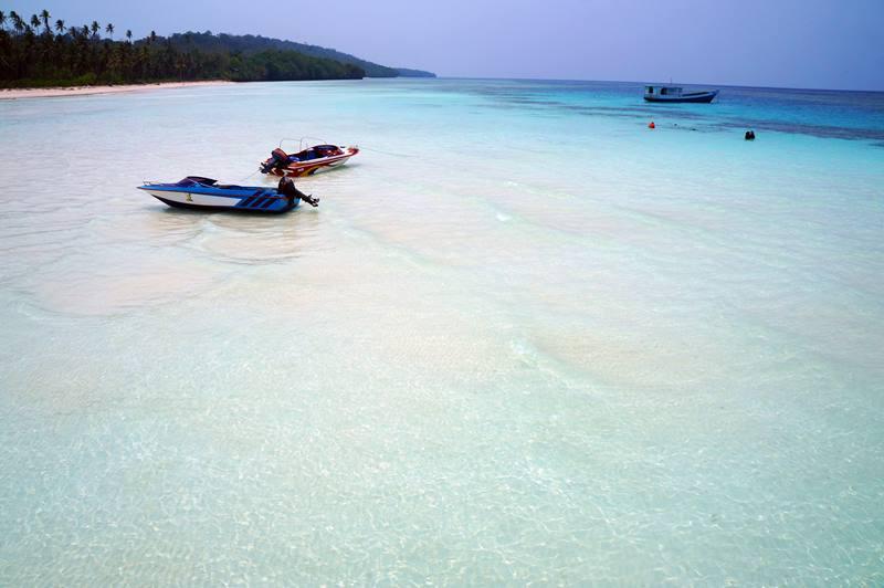 Pantai di sekitar resort dangkal, jadi asik untuk bermain air