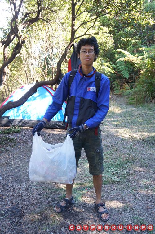 Siapa bilang jalan - jalan cuma mengotori alam? Pakai prinsip eco traveling, sesekali juga sambil bersih - bersih, bawa turun sampah yang ada :)