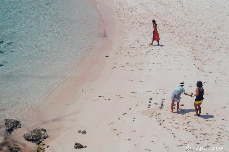 Pasir Pink Beach terlihat begitu pink kan