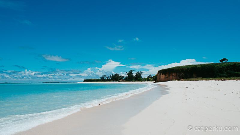 Pasir pantai Cemara Sih enggak begitu halus, tapi suasananya bikin sejuk hati. Padahal matahari lagi panas - panasnya sodara sebangsa.