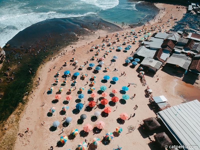 Payung warna warni ini menjadi cirikhas Pantai Drini