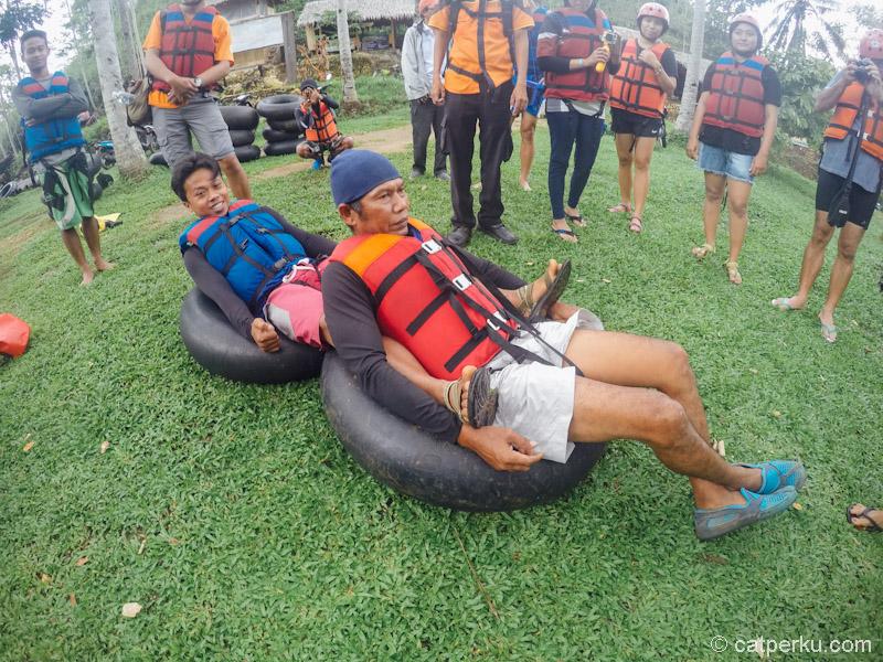 Pemandu memberi contoh bagaimana cara river tubing yang benar