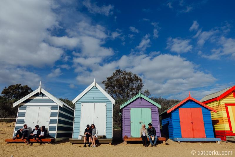 Pengunjung Brighton Beach lebih berminat selfie sama kotak warna-warni ini dibanding main di pantainya euy! Pantainya dicueki, lha wong lagi dingin!