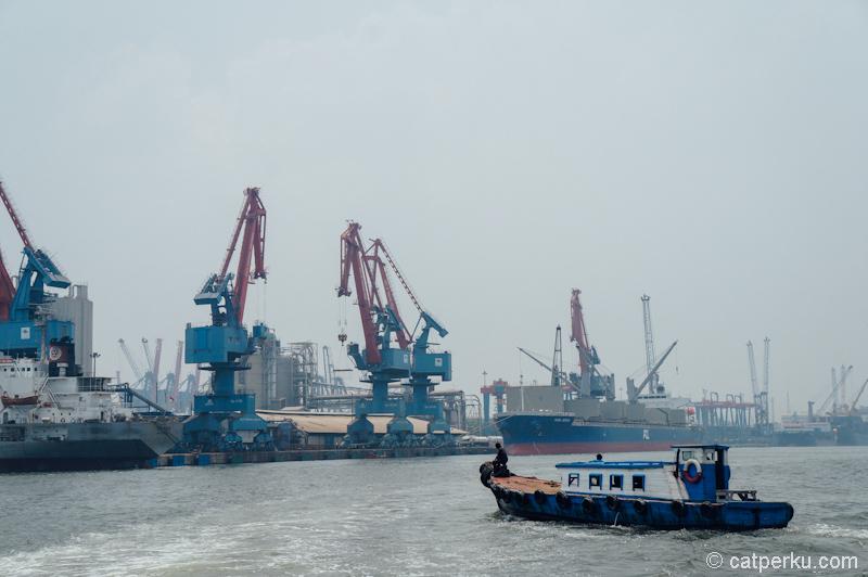 Perahu nelayan melintas di pelabuhan