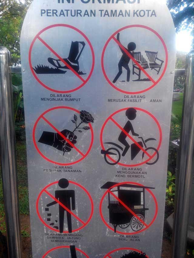 Peraturan Taman Suropati, harusnya juga berlaku untuk taman - taman yang lainnya :)