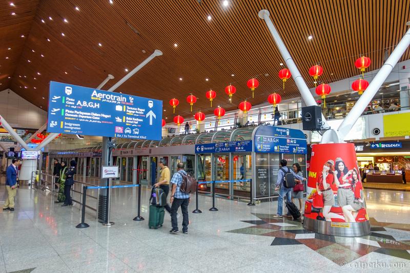 Pertama kali ke KLIA dan nyasar waktu nyari boarding gate. Sumpah bandara ini lebih membingungkan dan tampak ruwet dibanding CGK. lebih enak nyari gate di KLIA2~