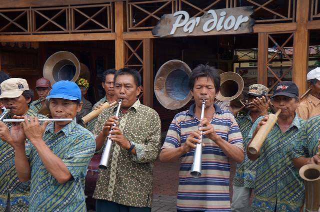 Pertunjukan orkestra dengan alat musik dari bambu.
