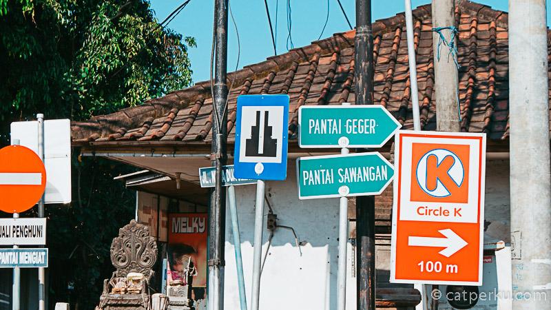Petunjuk rute menuju Pantai Sawangan Beach Bali cukup jelas dan gampang terlihat dari arah Nusa Dua.