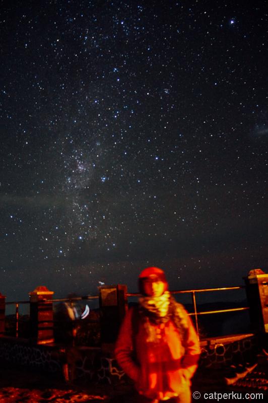 Pose dengan background bintang-bintang diatas langit TNBTS