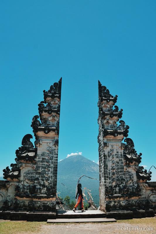 Pura Lempuyang Luhur adalah salah satu tempat wisata baru di Bali yang terkenal karena Instagram.