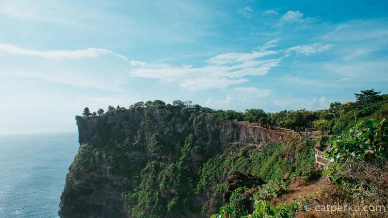 Pura Luhur Uluwatu atau Pura Uluwatu ini berada pada lahan di sebuah tebing yang tinggi.