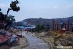 Di kejauhan adalah lokasi tempat beli oleh - oleh di gunung ini.