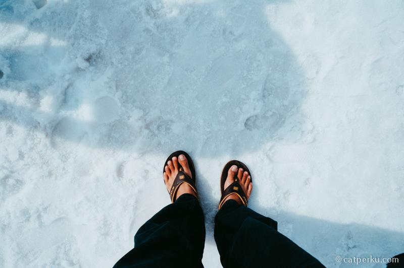 Salah kostum ketika liburan musim dingin di Jepang bisa berakibat fatal. Apalagi cuma pake sendal jepit lalu jalan-jalan diatas salju. Akhirnya say a cuma kuat 10 menit saja di luar ruangan T_T