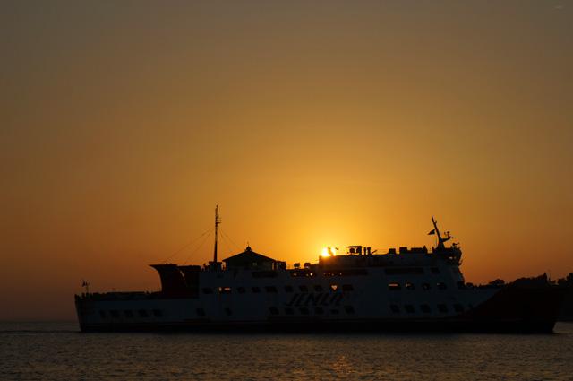 Salah satu favorit saya, pemandangan matahari terbenam dengan foreground kapal laut yang lewat. Romantis! :)