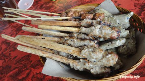Dari banyak macam, Sate Lilit adalah kuliner enak indonesia yang unik. Karena disajikan tanpa bumbu, sebagaimana jenis sate yang lain.