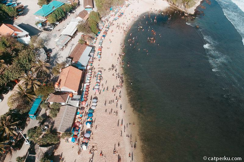 Jika kamu ingin menjelajah tempat wisata pantai di Gunungkidul, sebaiknya kamu menginap di dekat Pantai Indrayanti saja.