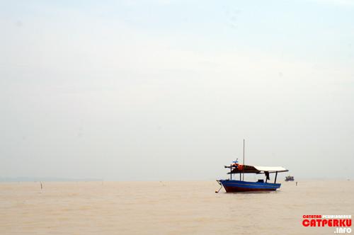 Menyeberangi lautan yang berwarna kecoklatan adalah pengalaman pertama kali, setelah sering traveling kemana - mana. Well~~ Jakarta is surely shocking me!