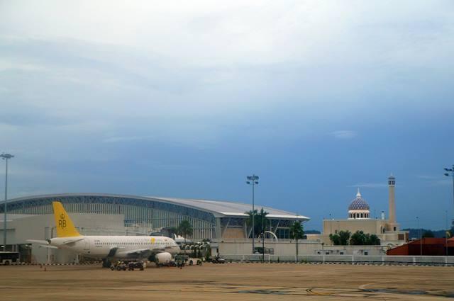 Sebuah pesawat Royal Brunei Airlines sedang parkir di Bandara Internasional Brunei Darussalam