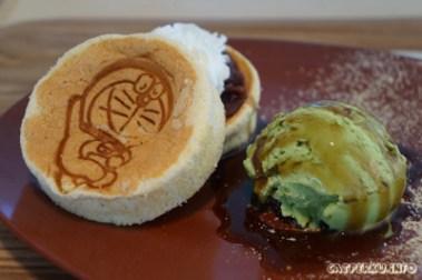 Dorayaki-chiffon, harganya 700 Yen. Lumayan mahal, tapi enak juga loh :D