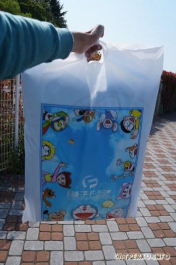 Lenyap sudah 5000 Yen saya, berganti dengan souvenir lucu di tas ini ^^