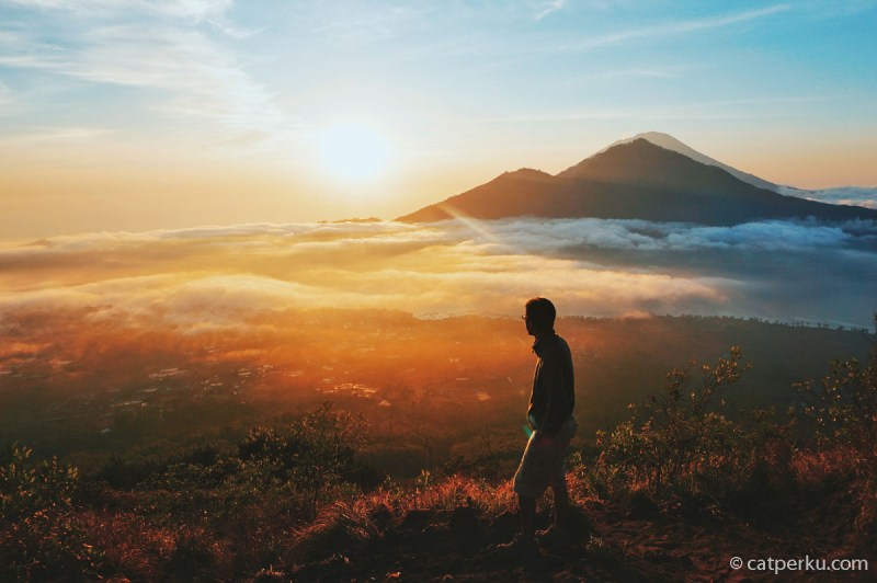 Selain Pantai Sanur, tempat terbaik untuk melihat sunrise di Bali adalah dari puncak Gunung Batur.