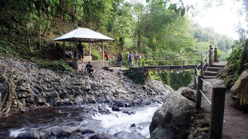 Selain air terjun, tempat ini asik untuk bersantai karena udaranya yang segar