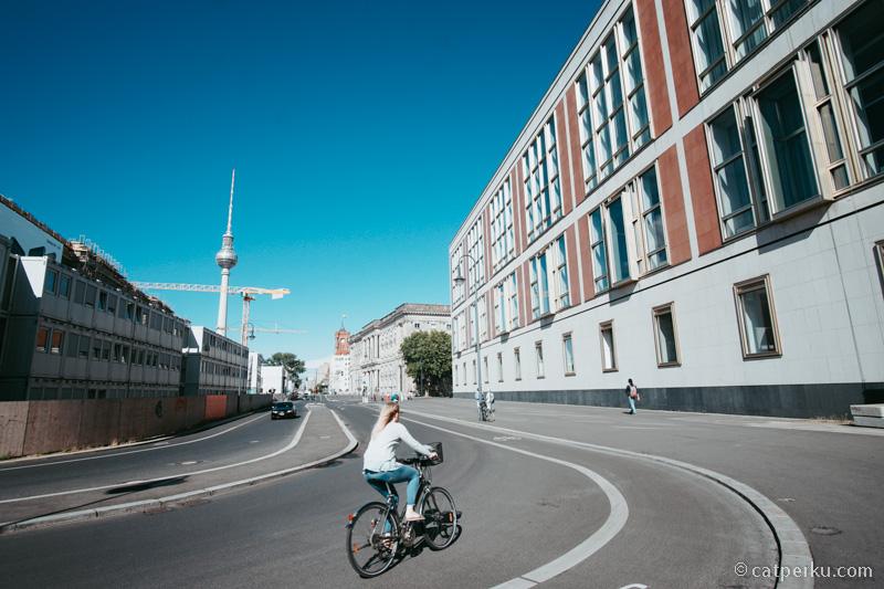 Selain bus dan kereta, moda transportasi utama penduduk berlin adalah sepeda!