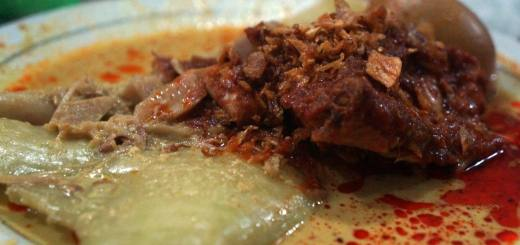 Selain lauknya, kuah kentah berminyak Lontong Orari yang membuat saya suka