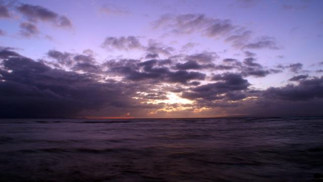 Semburat cahaya menjelang sunrise di Pantai Sanur ini yang banyak dicari orang :)