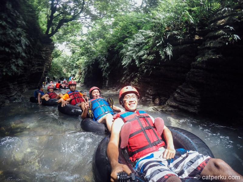 Semua tampak bahagia river tubing disini