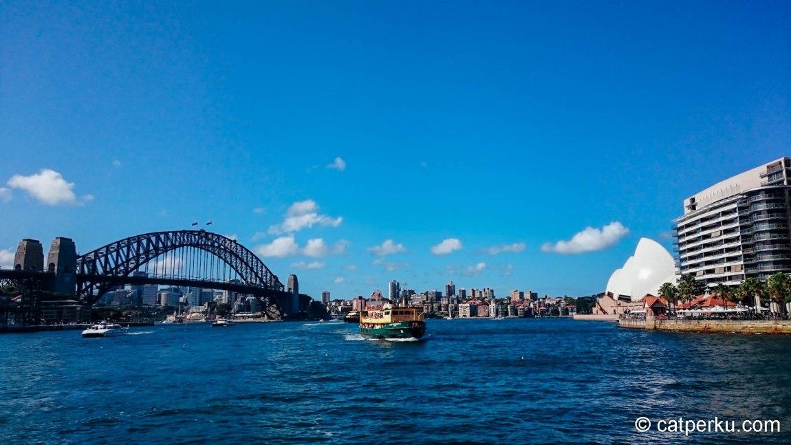 Sengaja jalan-jalan ketika cuaca lagi bagus, biar dapet view Opera House dan Harbour Bridge kayak gini