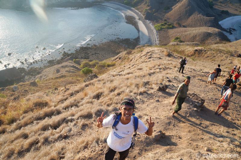 Senyum dulu biar kuat nanjak sampai puncak bukit Gili Padar :D