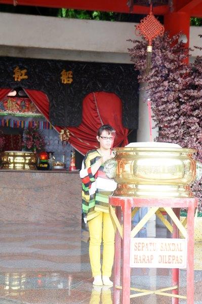 Seorang pengunjung sedang berziarah di Klenteng Sam Poo Kong.