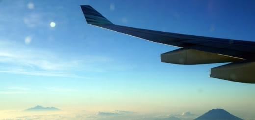 Seperti banyak yang saya bilang sebelumnya, naik Garuda Indonesia banyak bonusnya! (Kiri : Gunung Rinjani, Kanan Gunung Agung) sebelum saya mendarat dari Jepang.
