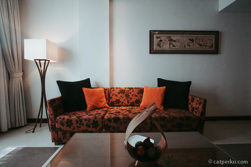 Sofa di kamar suite Sun Island Hotel And Spa Legian ini nyaman banget