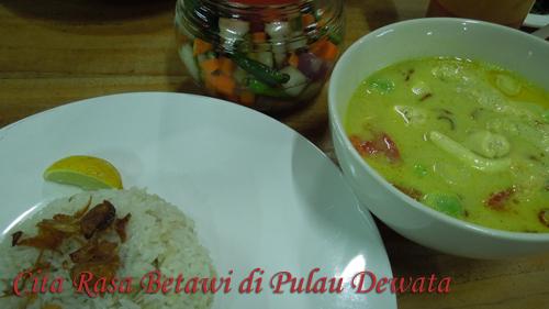 Soto Betawi, khas Restoran Sunda Kelapa yang merupakan salah satu jenis soto dengan kuah santan yang kental