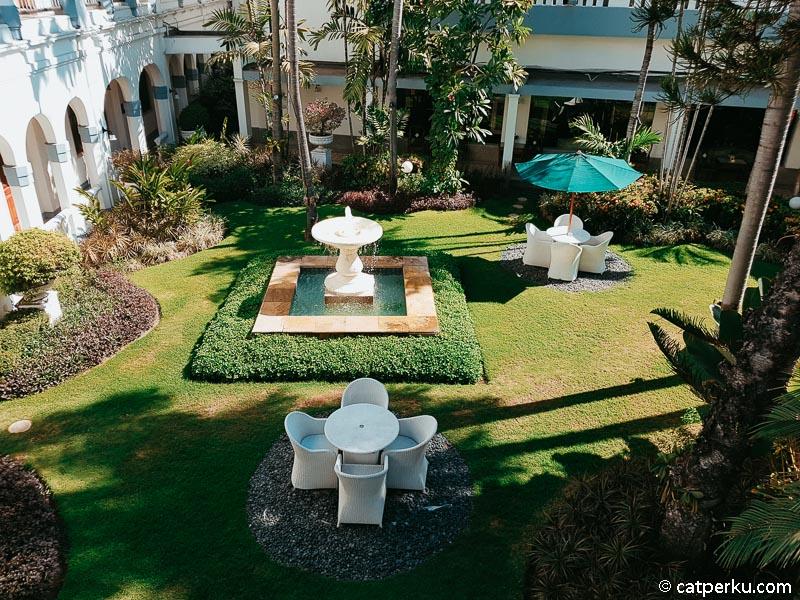 Bisa bersantai sambil menikmati udara segar di salah satu sudut hotel.