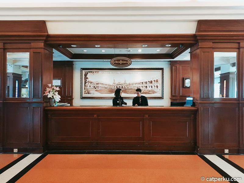 Seperti ini lobi hotel Majapahit Surabaya.
