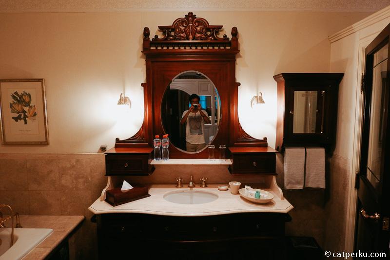 Kamarmandinya juga luas banget, lengkap dengan bathtub dan shower.