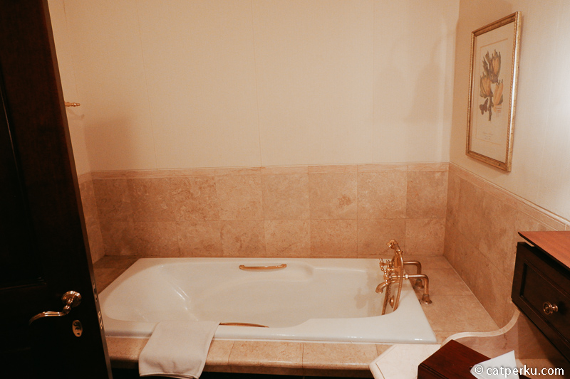 Lalu bathtubnya seperti ini, favorit saya untuk berendam lama.