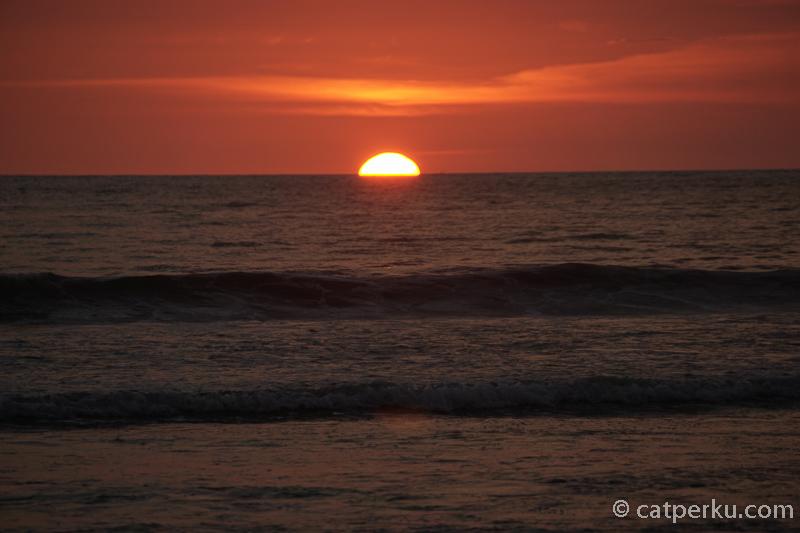 Mau menikmati pemandangan sunset di Bali terbaik sambil makan malam? Berarti sudah benar kalau mengunjungi yang namanya Pantai Jimbaran.