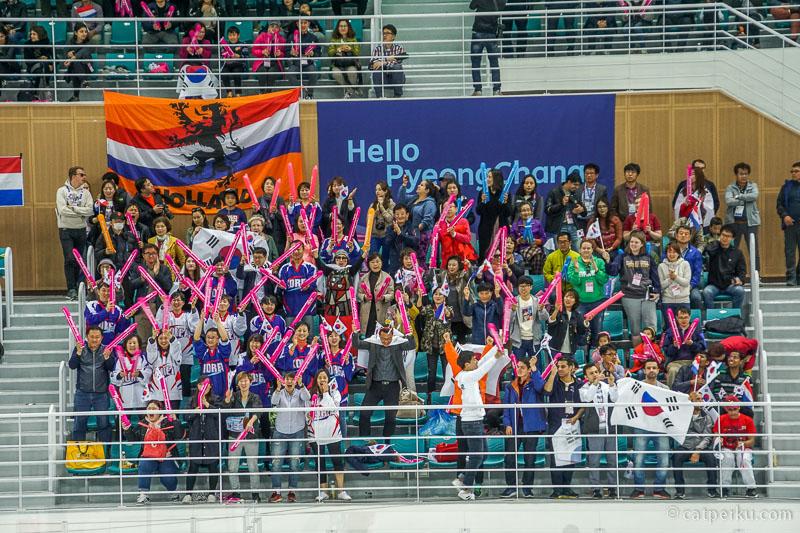 Suasana di dalam arena begitu rame, mengingatkan saya pada pertandingan Badminton
