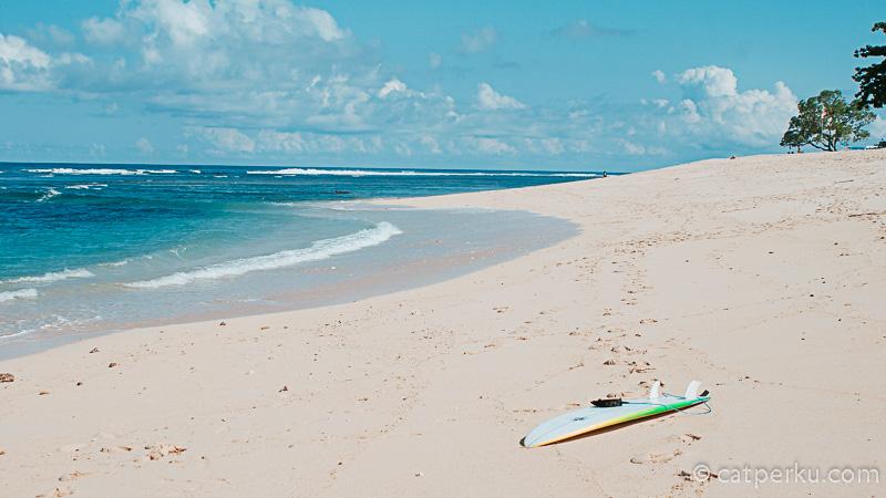 Surfing di Pantai Sawangan Beach Bali juga merupakan salah satu kegiatan yang mengasikkan.